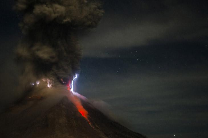 Еще одна фотография извержения вулкана Синабунг, 14 октября 2014. (Фото Sutanta Aditya):