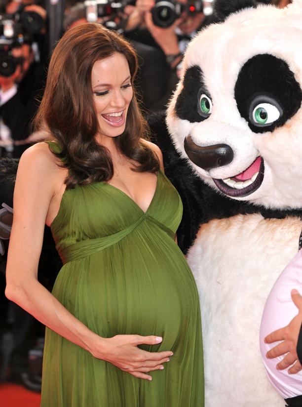 """На премьере мультфильма """"Кунг-фу Панда"""" Джоли появилась беременная двойней. Она выбрала длинное"""