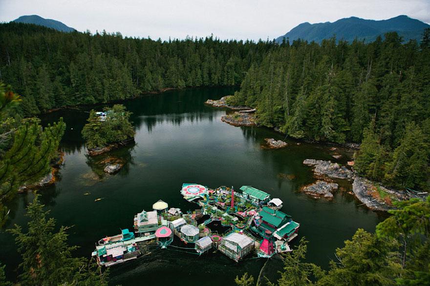 Пара потратила 20 лет на строительство плавучего чудо-острова для совместной жизни (12 фото)