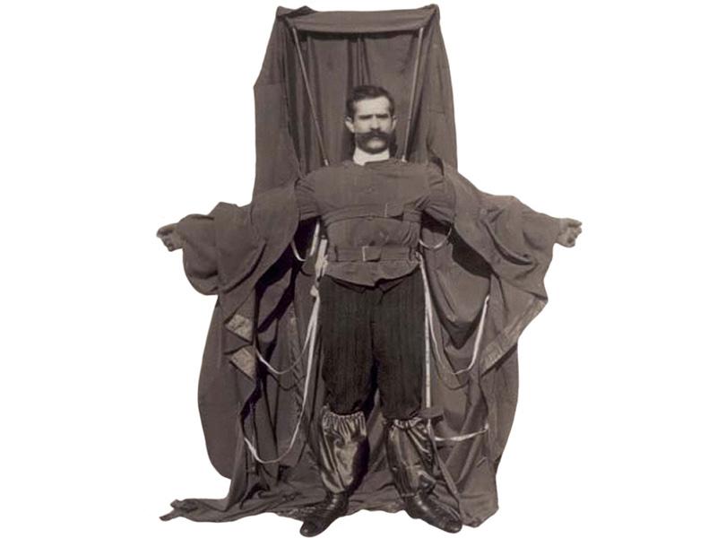 Может показаться немного странным, что изобретатель плаща-парашюта решил испытать его на себе прежде