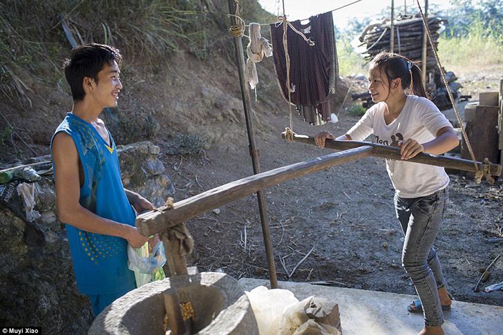 Цай и ее муж Мин используют соседскую ручную мельницу, чтобы перемолоть кукурузу. Мин говорит, что с