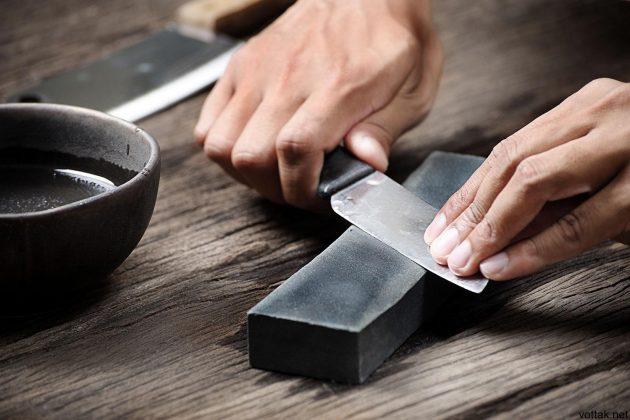 Прежде чем переходить к процессу затачивания, опустите точильный камень минут на 15в масло или