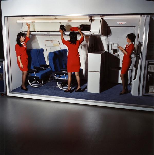 Обучение Азризы, Лили и Стеллы, авиакомпания AirAsia.