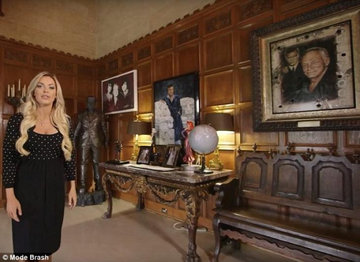 На стенах висят портреты Хью, а в углу даже стоит его статуя.