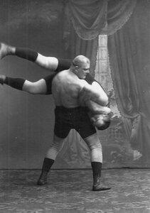 Момент борьбы на ринге.