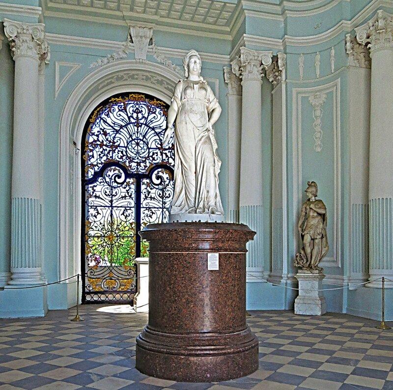 Памятник Екатерине II в павильоне Грот