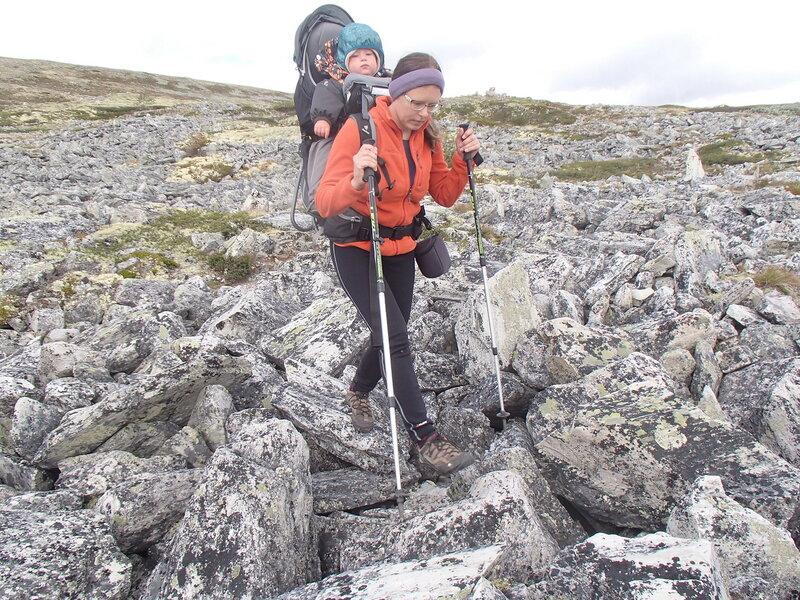 пеший поход с ребенком в рюкзаке-переноске Deuter Kid Comfort III в горах Норвегии