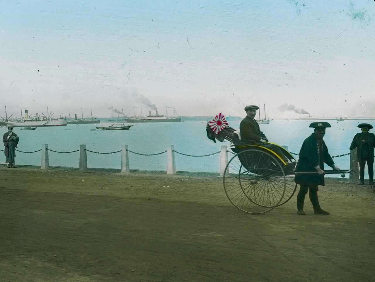 Кобе. Турист с рикшей в гавани