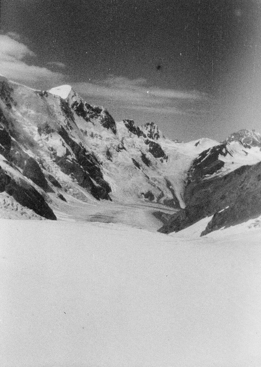 28 августа. Группа II. Экспедиция по поиску пропавшего Эдди Тусила. Восточный рукав глетчера Безенги.  Вид на Гестолу (4860 м)