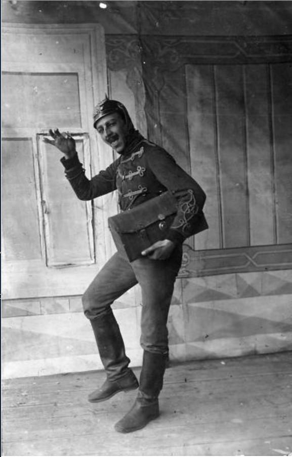 1915. Полковой актер