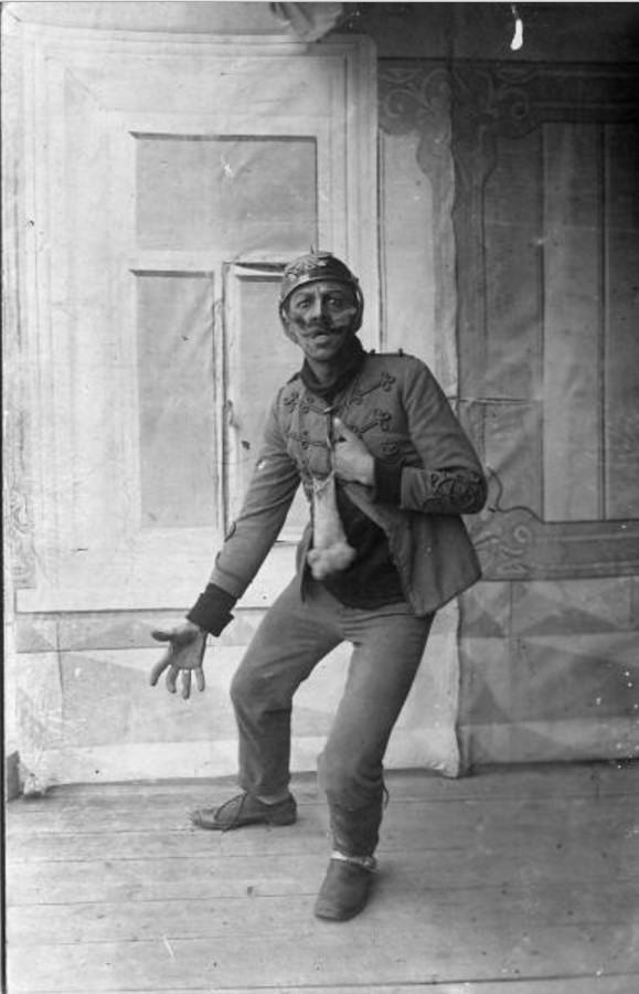 1915. Полковой артист