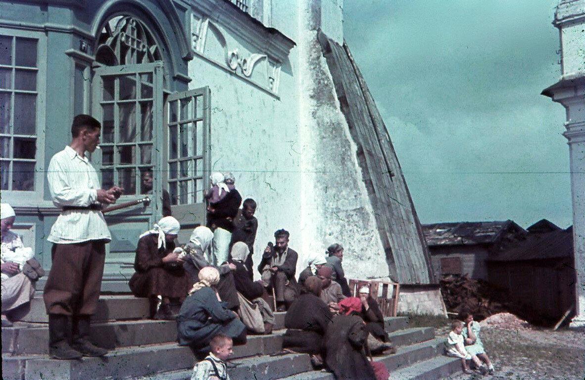 1942. На крыльце Успенского собора