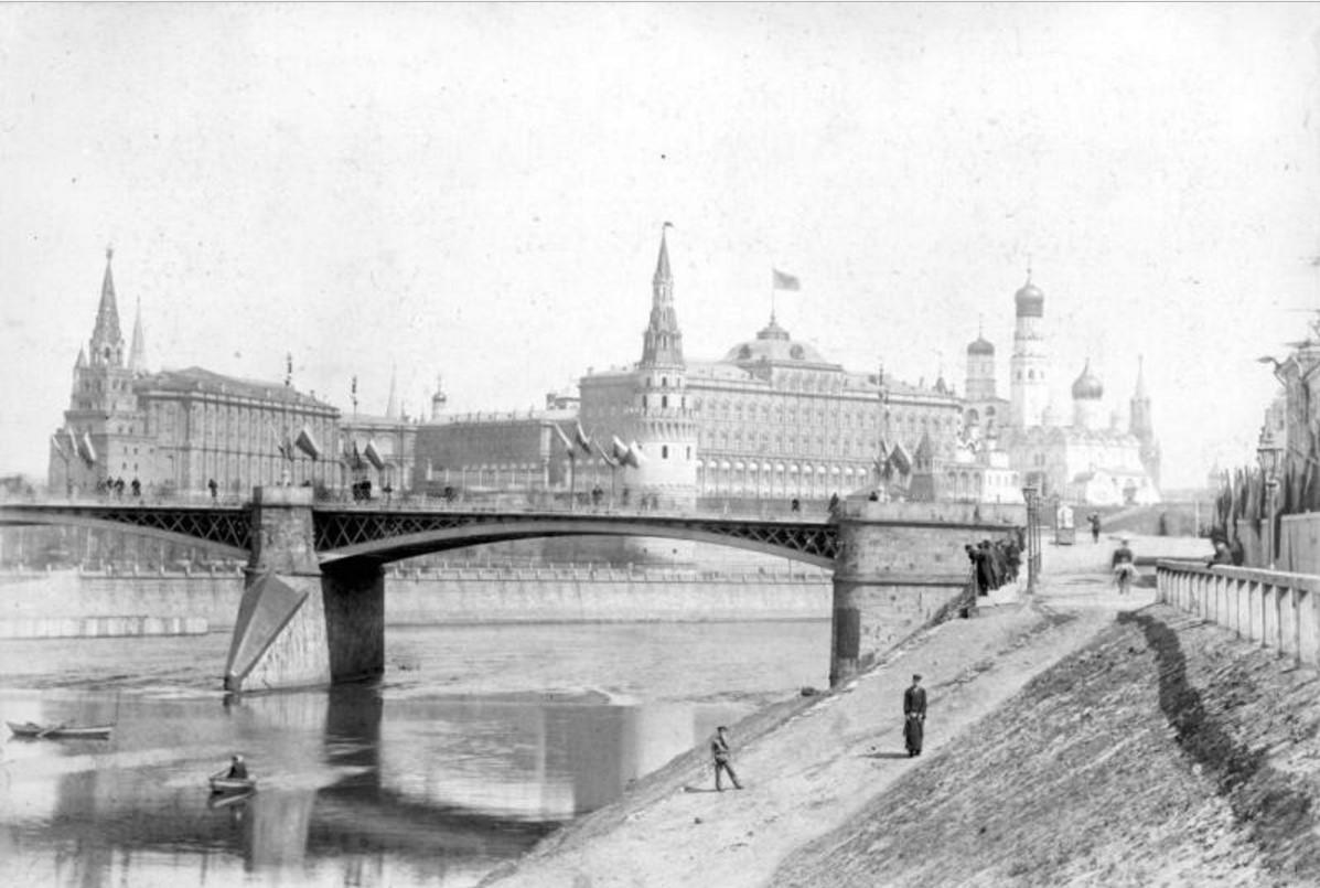 Вид Московского Кремля со стороны Большого Каменного моста