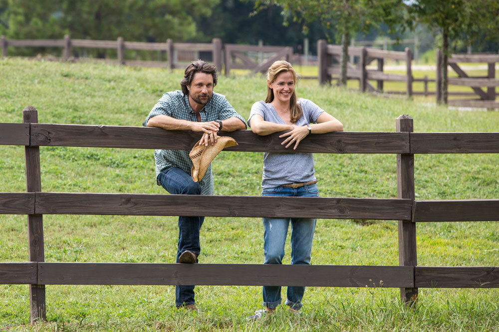 Christy (JENNIFER GARNER) and Kevin (MARTIN HENDERSON) talk in the field about their family in Columbia Pictures' MIRACLES FROM HEAVEN.