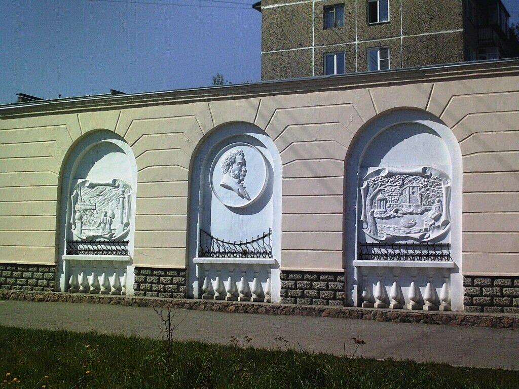 Пионерская,4_аптека-брельеф.JPG