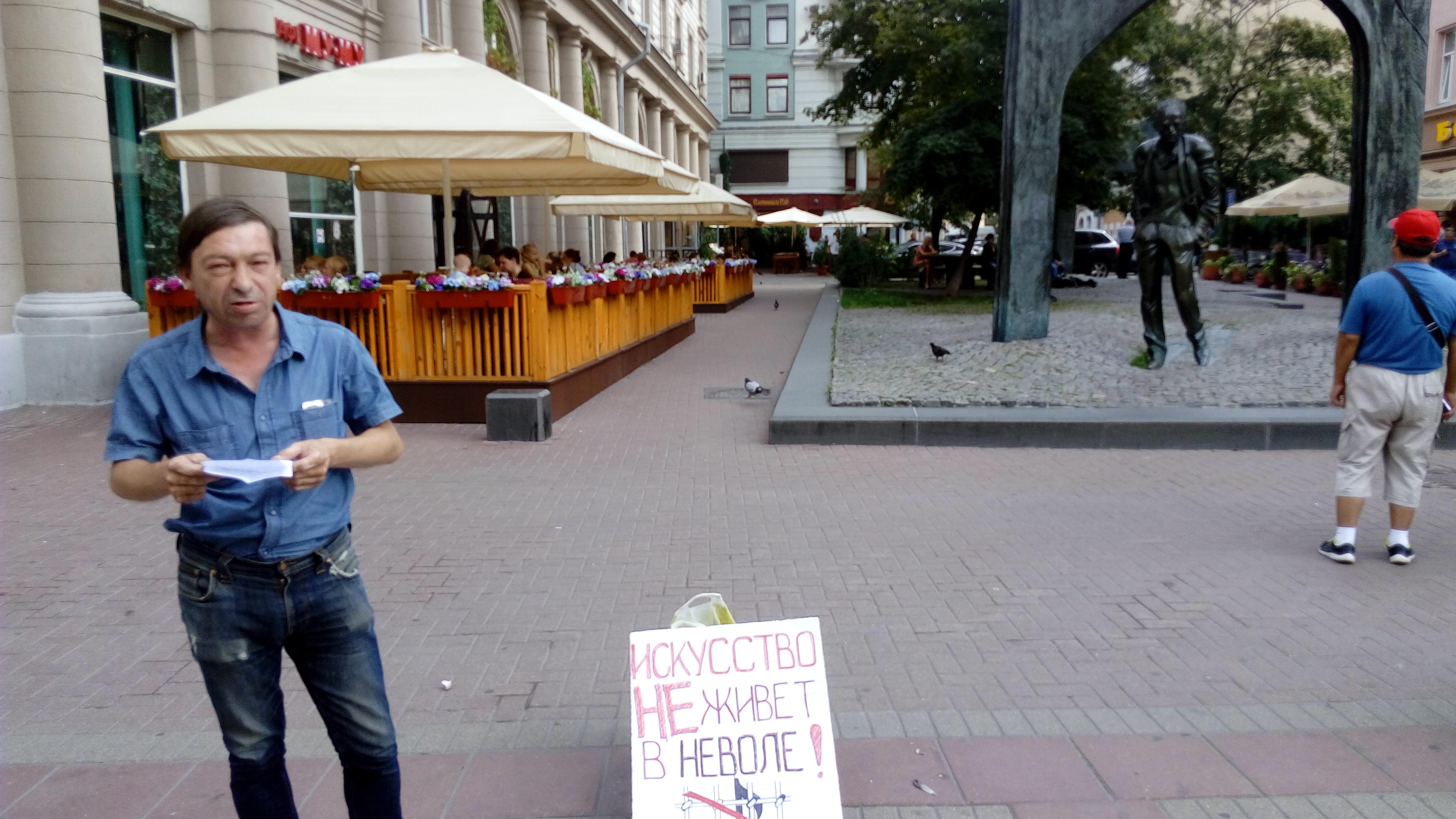 Поэт Евгений Угрюмов читает свои стихи