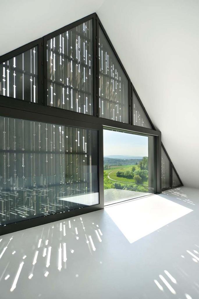 11_Dachgeschoss_Fensterfront_Holzschalung_Licht.jpg