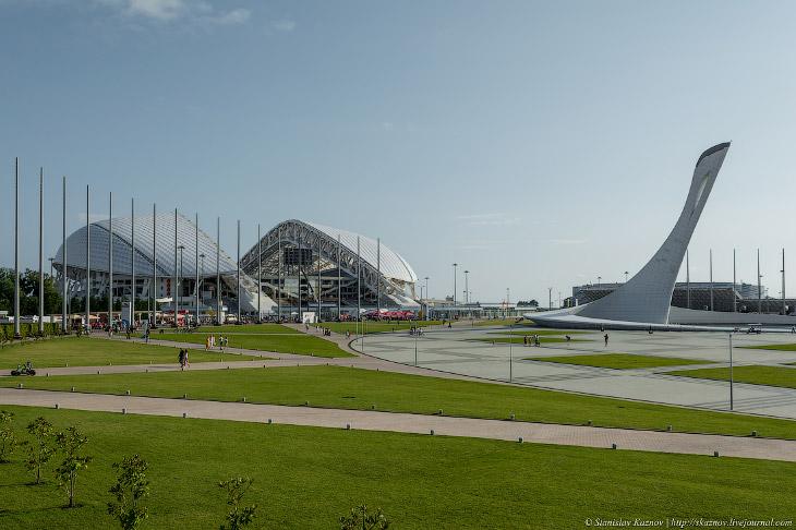 2. Главный стадион олимпиады «Фишт». В настоящее время закрыт на реконструкцию и его переделывают в
