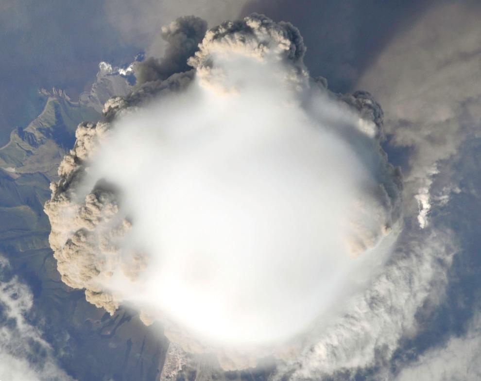 4) Вид прямо вниз на верхнюю часть шлейфа извержения вулкана пик Сарычева 12 июня 2009. В тот день в