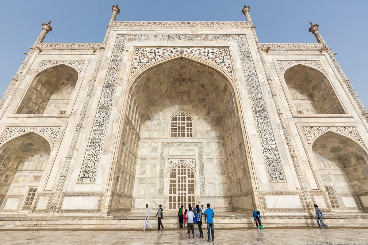 Стены Тадж-Махала выложены из полированного полупрозрачного мрамора с инкрустацией из самоцветов. Мр