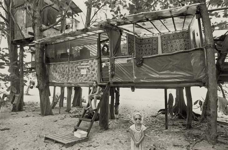 5. Они жили за счет земли, рыболовства и собирания фруктов. Иногда в лагере оказывались медик или ак