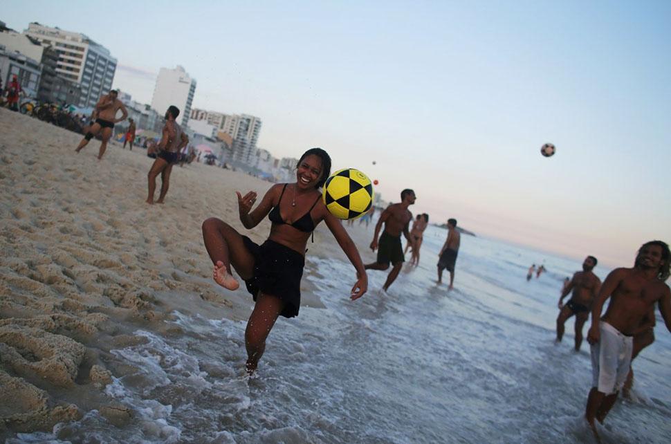 Местных жителей здесь можно встретить в любое время дня и ночи: они играют в пляжный футбол и танцую