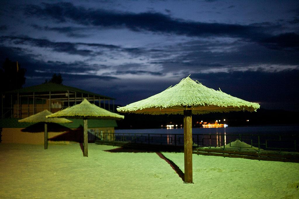 Вечером пляж санатория Якты-куль очень уютный. Внезапно порадовал песок и милые зонтики, все это бол