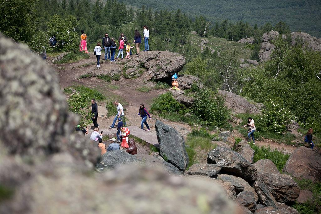 Народ очень активно лазил по скалам и камням, делал сэлфи, естественно. Правда сэлфи теперь надо дел