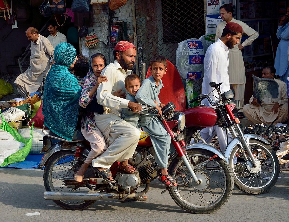К современному Исламабаду примыкает более старый город Равалпинди. И если в Исламабаде все ездят на