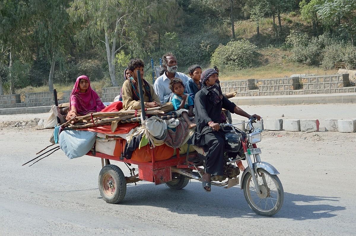 По дороге встретили пакистанских цыган, передвигавшихся целым табором вот на таких транспортных сред