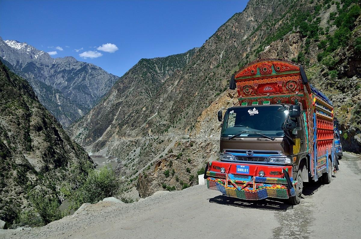 После того, как покидаешь столицу, на дорогах начинают попадаться знаменитые пакистанские расписные