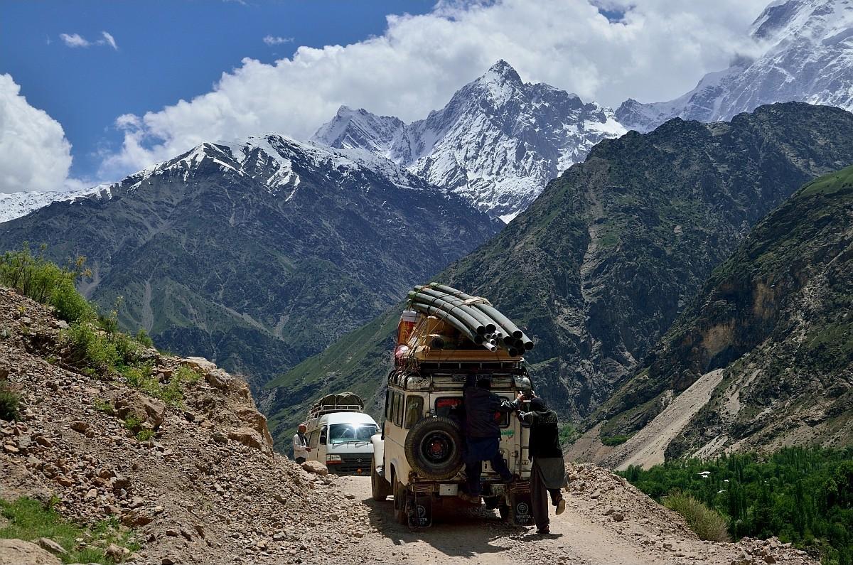 Красота, однако, красотой, но периодически на этой дороге было банально не разъехаться. Обратите вни
