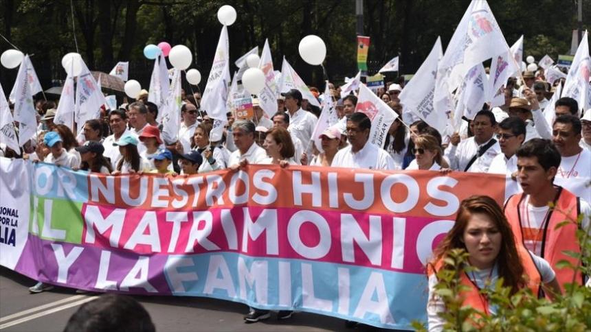 ВМехико десятки тыс. граждан выступили против однополых браков