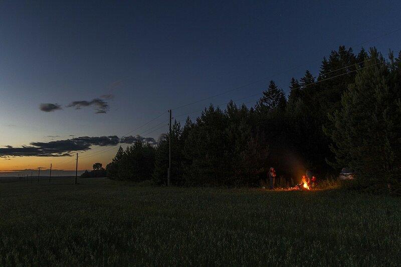 Золотистый закат и стоянка с костром среди молодых сосенок под Нижними Булдаками