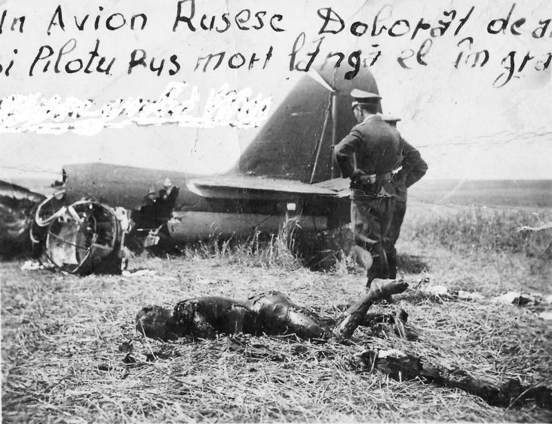 Обгоревшее тело члена экипажа сбитого под Одессой советского бомбард. СБ-2. 41.jpg