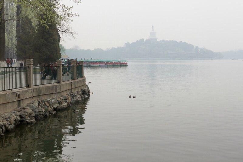 Озеро Бэйхай и Белая дагоба на Нефритовом острове, Пекин