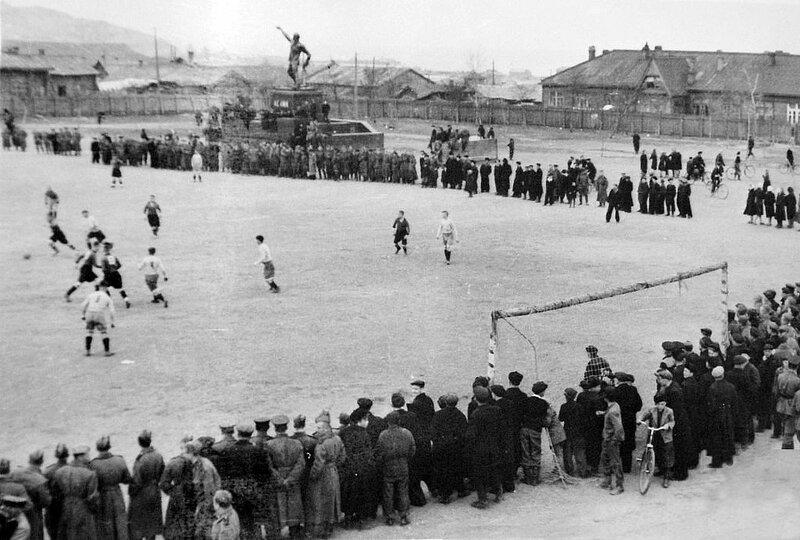 462453 Памятник Ленину. Игра в футбол.-1954 Эдуард Васильевич Медянников.jpg