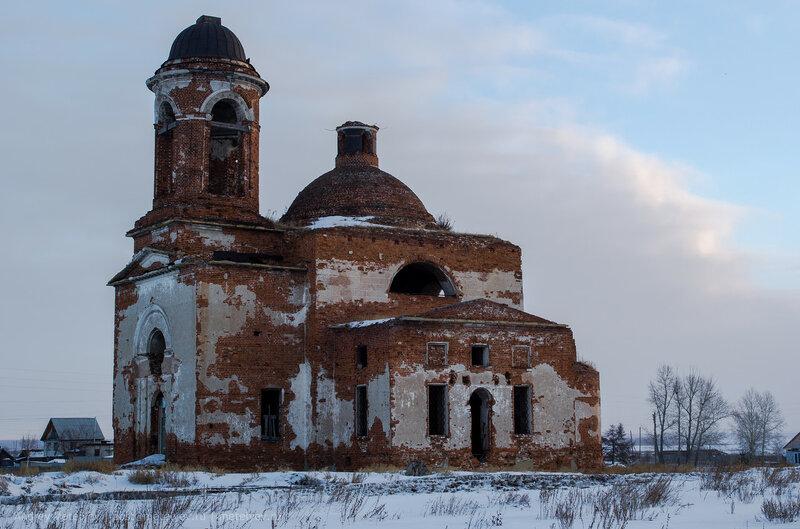 кирпичный полуразрушенный храм в селе Травянское