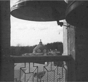 Вид с колокольни на павильон Грот