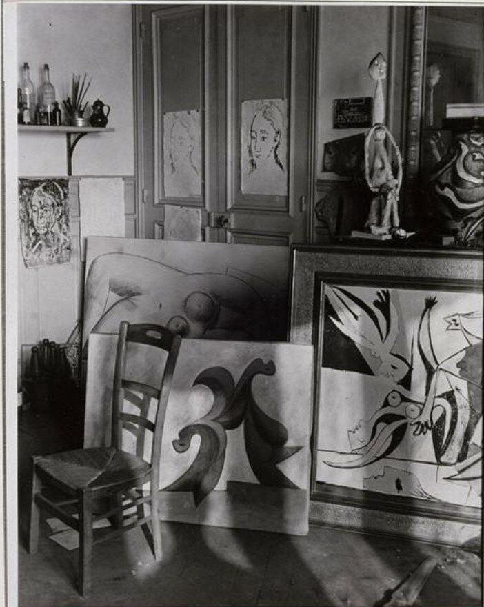 1932. Угол с картинами в мастерской Пикассо, рю Буати