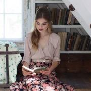 Девушка за книгой