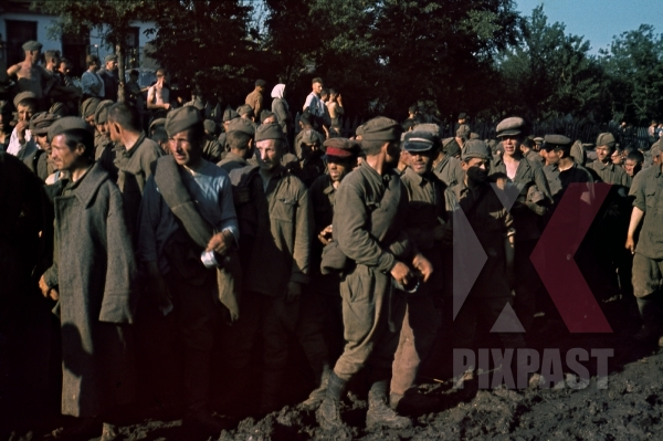 stock-photo-captured-soviet-russian-soldiers-pows-kiew-ukraine-1941--12666.jpg