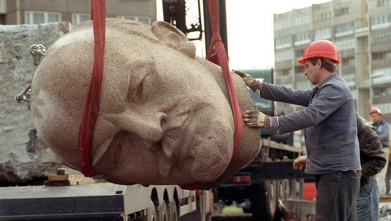 Демонтаж памятника Ленину. Берлин, 1991 год.jpg