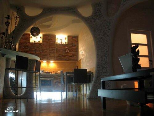 004. холл, столовая зона, интерьер, потолочная инсталляция, декоративная штукатурка