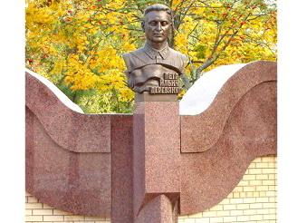 Памятник командиру партизанского отряда П.И. Деревянко в п. Навля (2).jpg