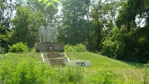 Монумент погибшим солдатам грузинский скульптор ваял со своей семьи.