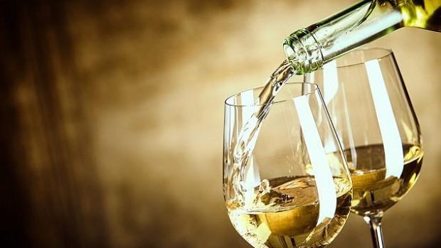 Белое вино вредно для женщин— Ученые
