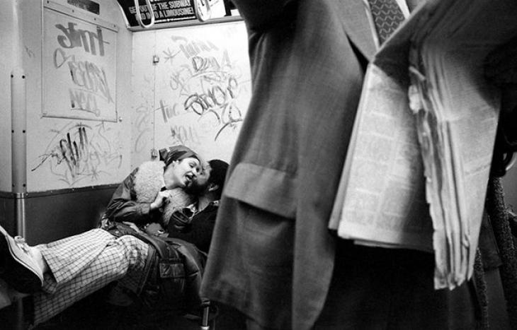 Парочка воркует в метро, 1980.