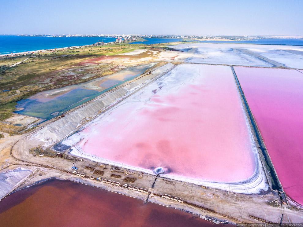 39. На берегу находятся отвалы добытой соли.