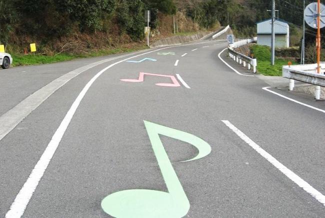 © piwee  ВЯпонии есть несколько дорог, проезжая покоторым выбудете слышать приятную мелодию